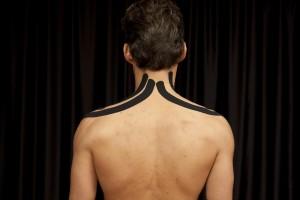 Applicazione del tape sulle spalle