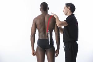 Applicazione sulla schiena del Taping Elastico